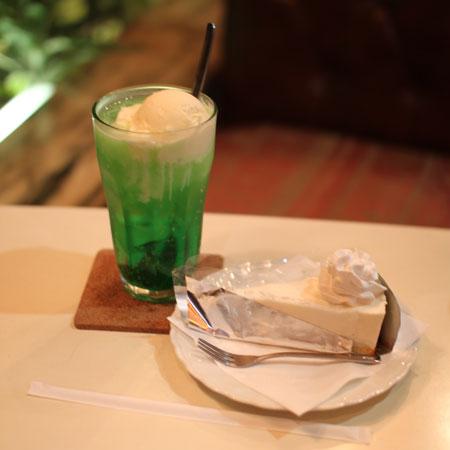 純喫茶「丘」・クリームソーダとチーズケーキ
