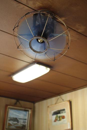 喫茶・愛玉子の天井扇風機