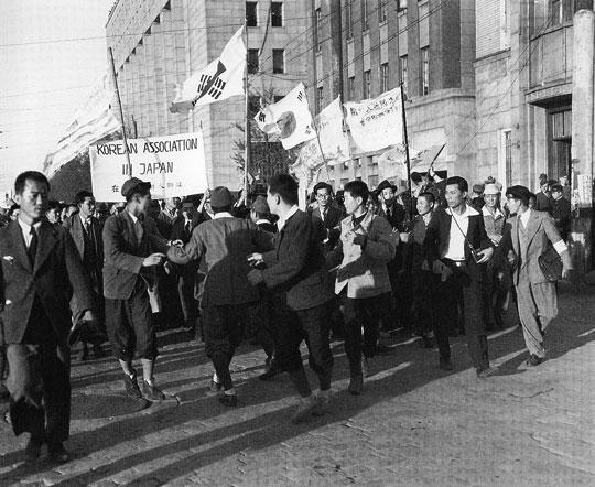 GHQ本部前でデモる朝鮮人達