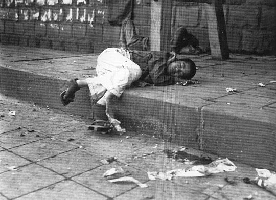上野の路上で寝る浮浪児