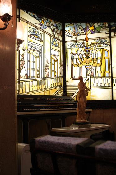 高級喫茶「古城」・店内のステンドグラス