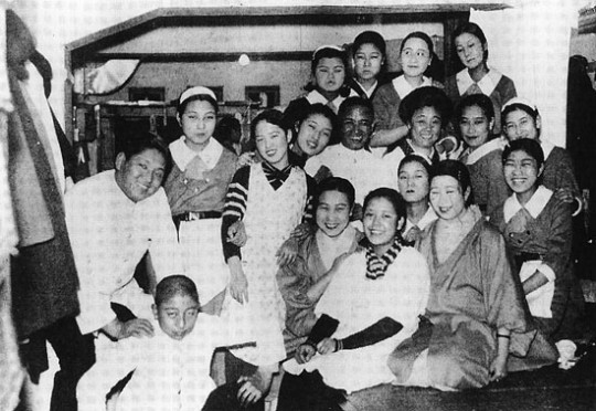 銀座ビアホール・開店当時の店員記念写真