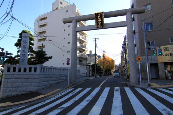 湯島天神入口交差点横の鳥居