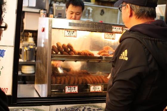 上野アメ横「肉の大山」 揚げ物販売