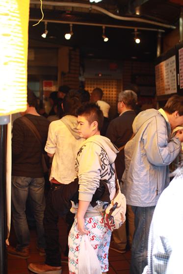 上野アメ横「肉の大山」 行列