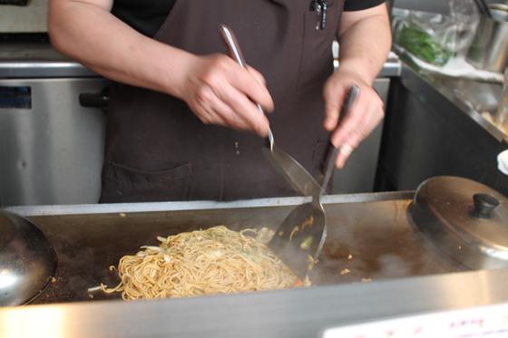 上野アメ横「立飲み カドクラ」 焦げるソース