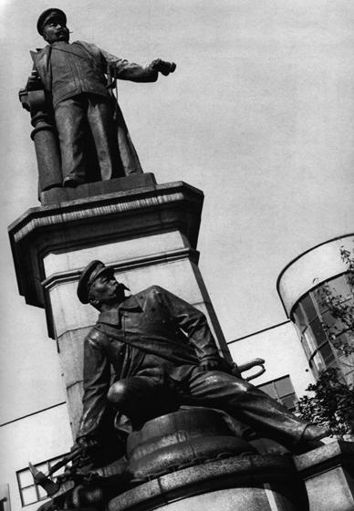 旧連雀町のシンボルでもあった廣瀬中佐の銅像