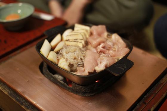 「ぼたん」鉄鍋と具(煮始め)