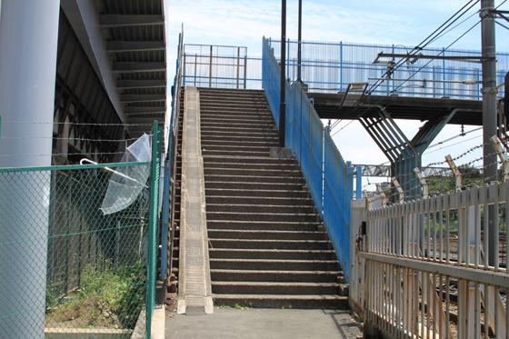 芋坂跨道橋の片側