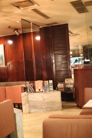 「喫茶室 ポワ」ピンク電話