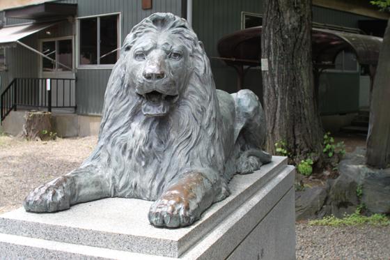 三囲神社、ライオン像
