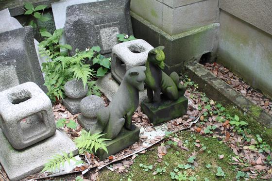 三囲神社、稲荷像